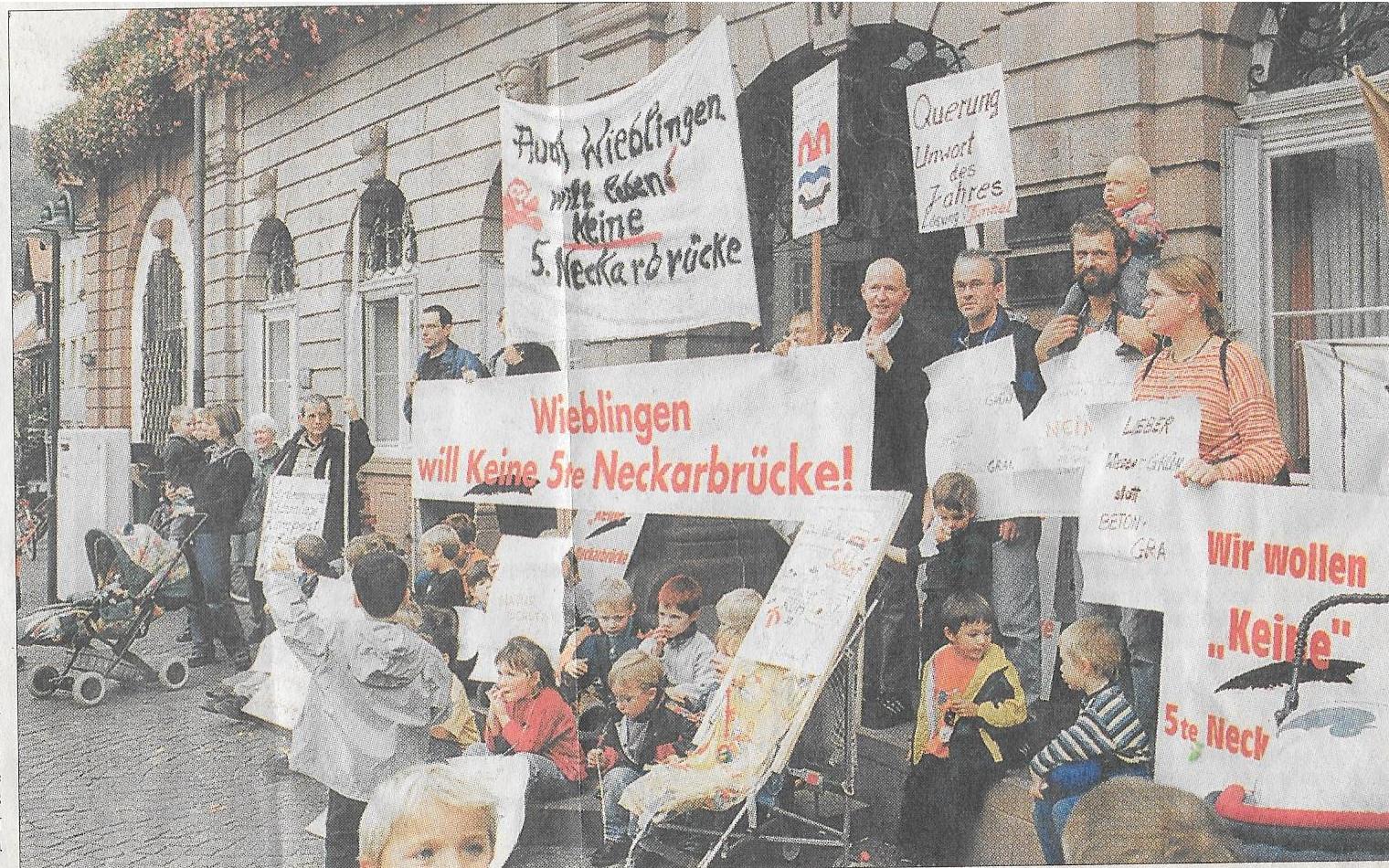 Demo vor dem Rathaus 2001
