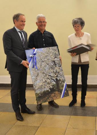 Hans Hornig und Elke Koppert übergeben die Unterschriftensammlung an OB Würzner